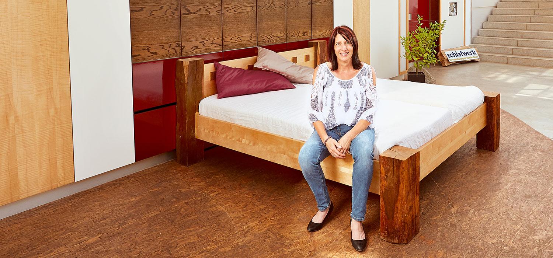 Frau Daum auf Bett sitzend