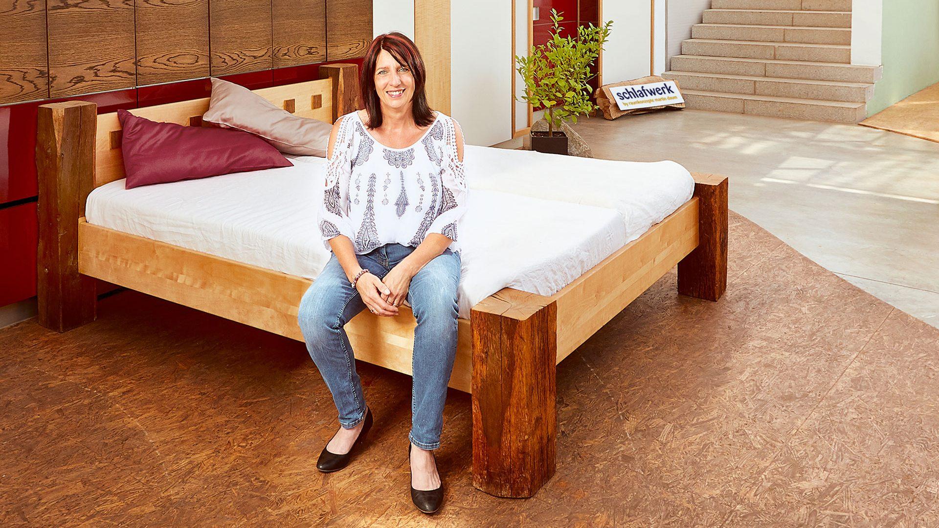 Frau Daum sitzt auf einem Bett in ihrem Schlafwerk