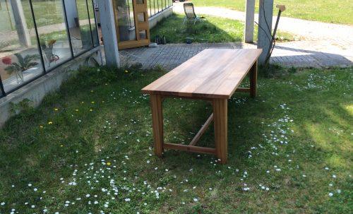 Tisch im Gras