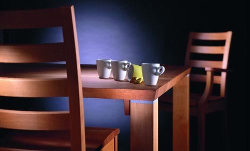 Espressotassen auf Esstisch